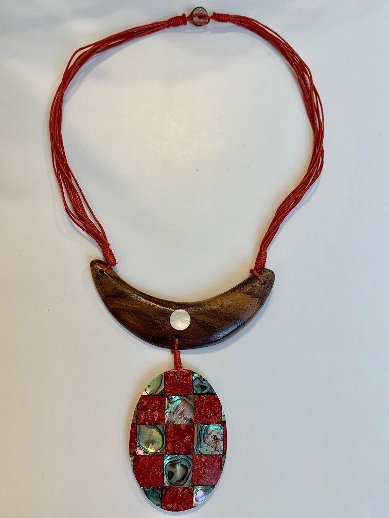 eb9c4269f66 Tiikpuust ja merikarbist kaunistustega kaelakee punane – Kuues Meel